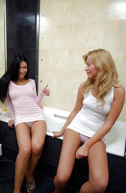 Брюнетка полизала девушке клитор в ванной