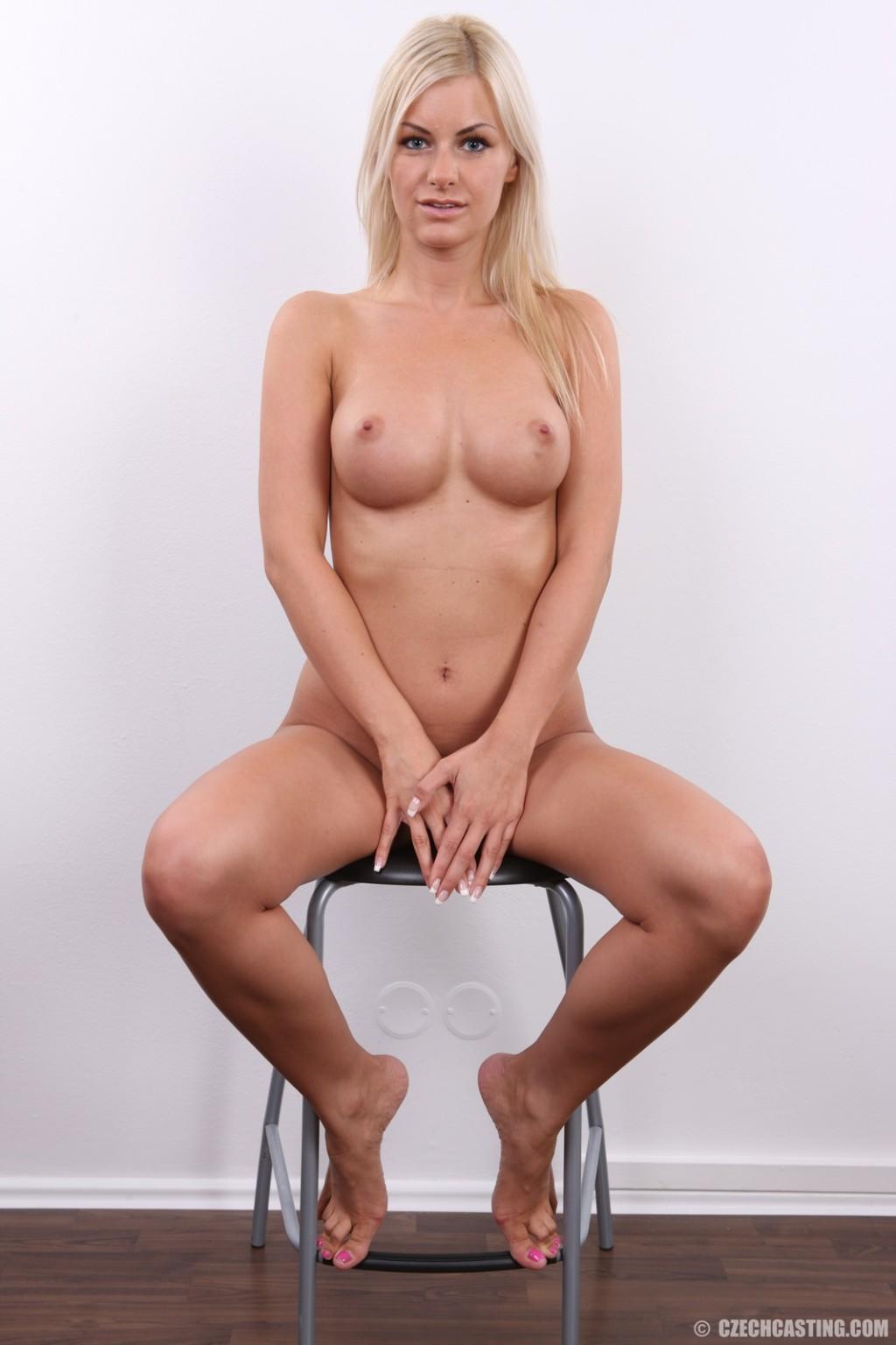 Блондиночка с привлекательной пиздой показала свои достоинства на публику