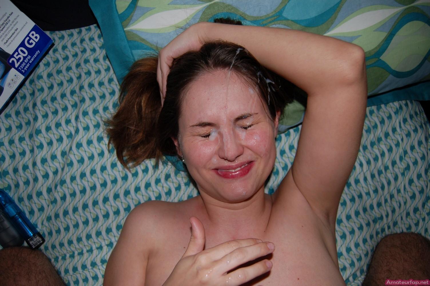 У молодой шалашовки с крохотными буферами сперма на лице