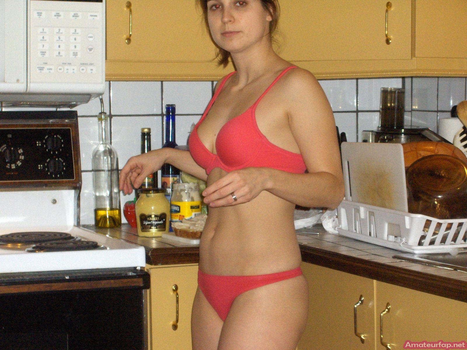 Деваха показывает, что она может получать удовольствие не только от фаллоса, но и от вибратора