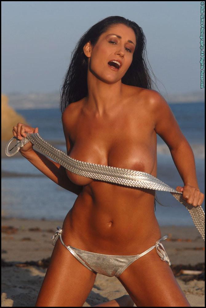 Ошеломительная чика выставляет напоказ сиськи, снимая бикини