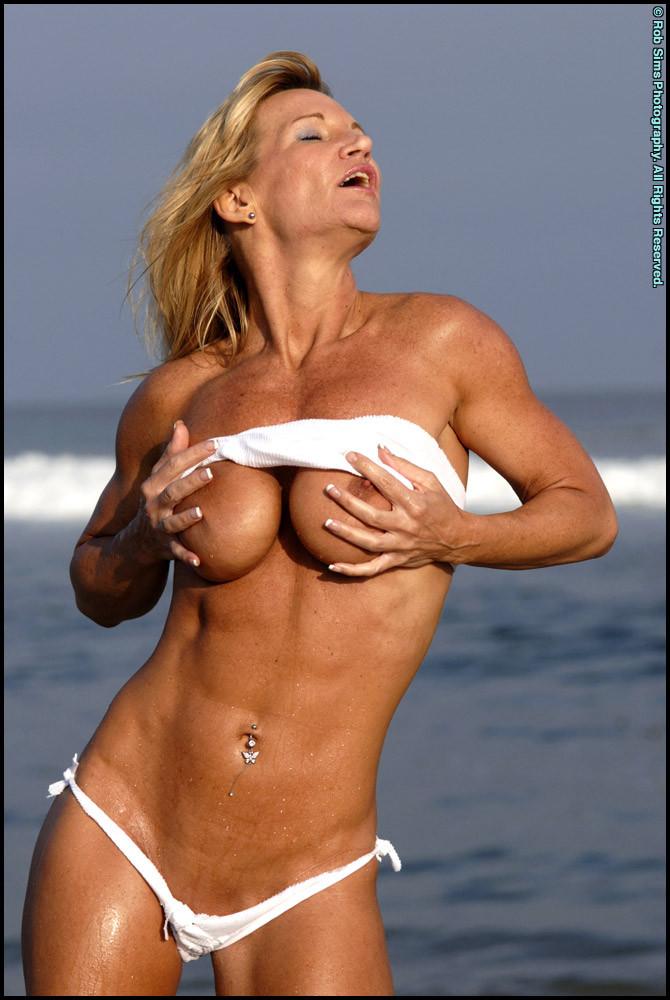 Подкачанная мама за 40 в купальнике