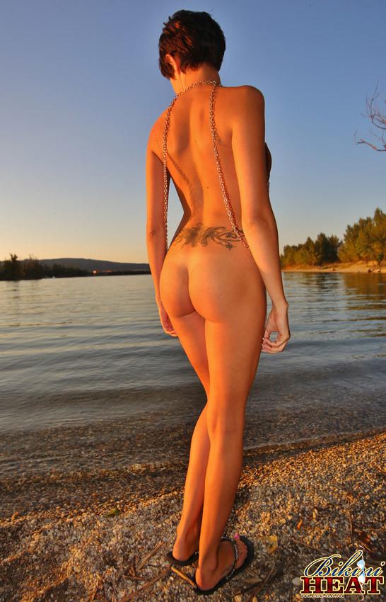 Жанка – возбуждающая красоточка с обалденными сисяндрами, которыми она бахвалится сквозь прекрасный наряд