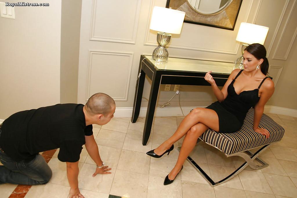 Фетишист лижет ступни ног стервозной брюнетки
