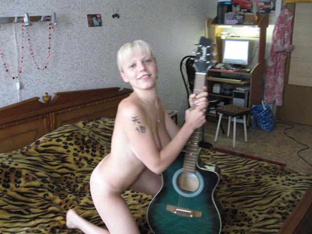 Нахальная блондиночка мастурбирует вагину и позирует с гитарой