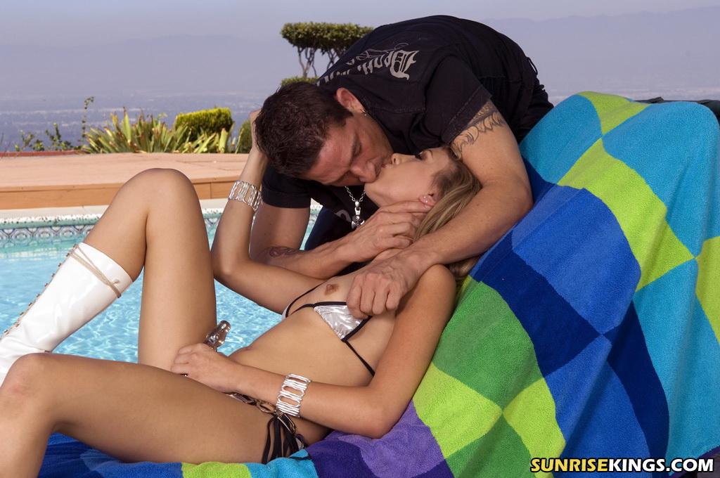 Худая леди трахнулаь с любимым у бассейна секс-фото