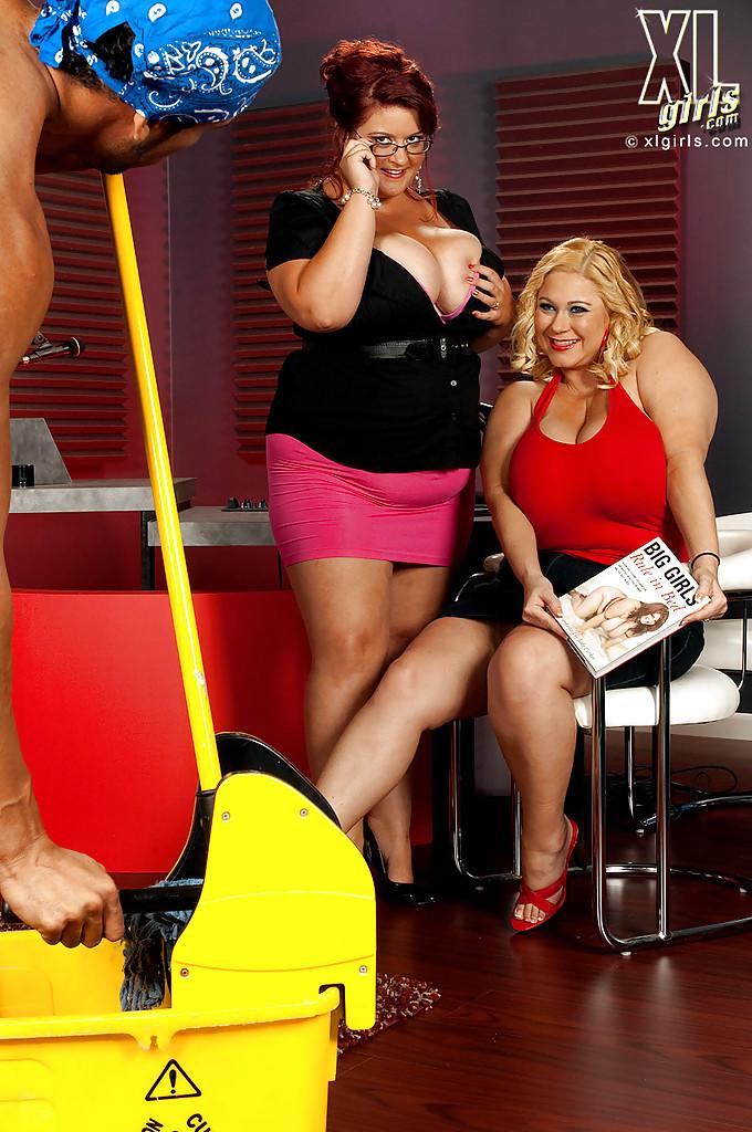 Толстопопые тетки дразнят своего друга большими сиськами