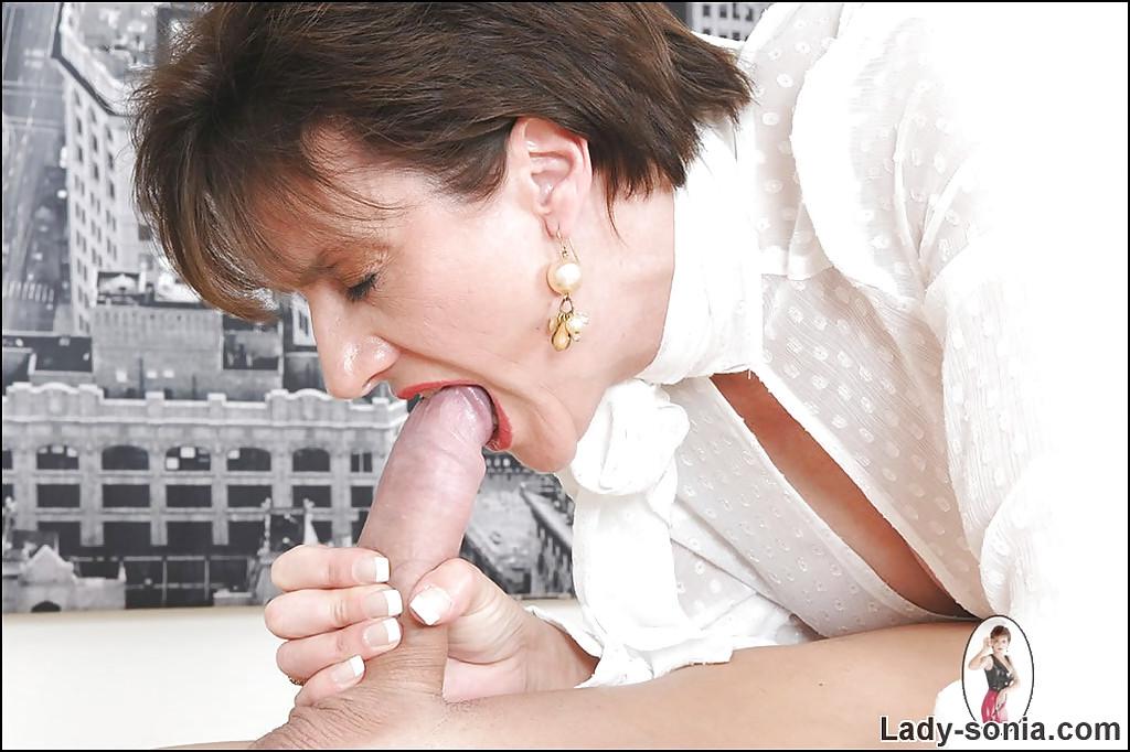 Взрослая госпожа онанирует пенис молодого супруга