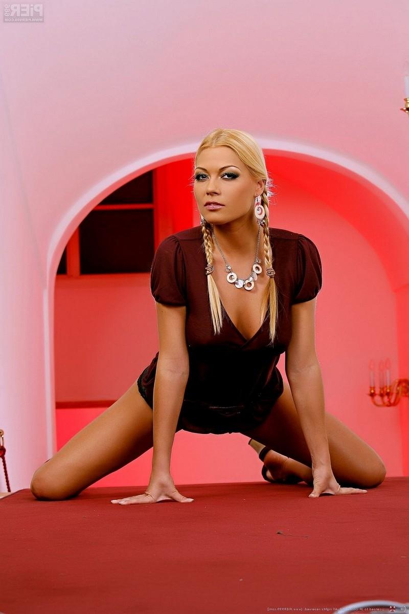 Блондиночка с косичками