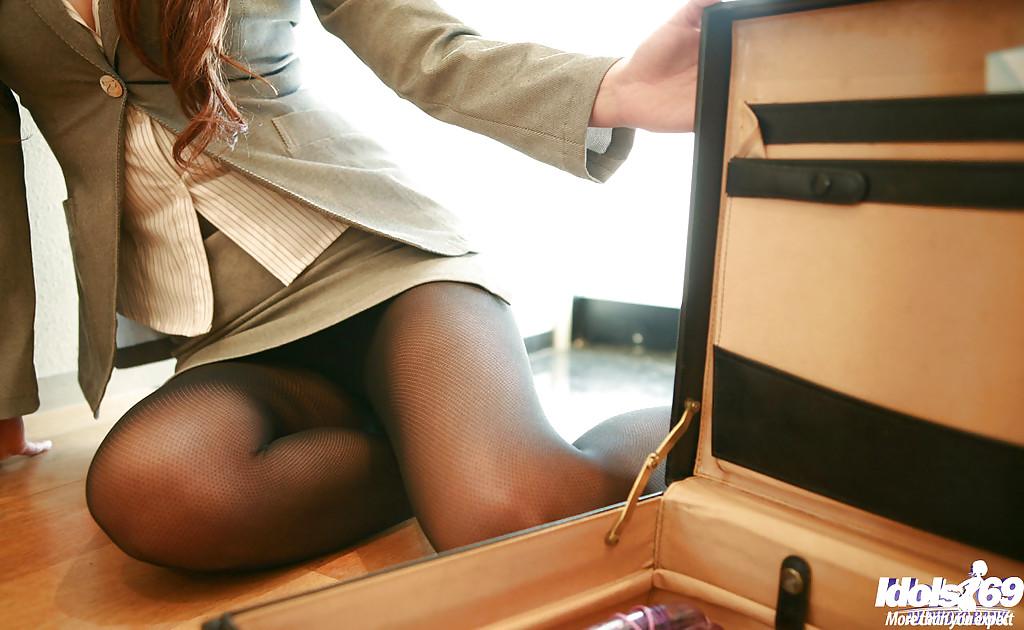 Молоденькая девушка возбуждает лохматую вагину секс игрушками на ступеньках секс фото