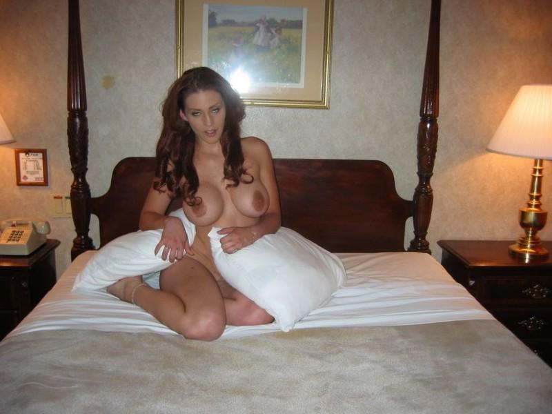 Рыжая девка с громаным бюстом теребонькает в спальне