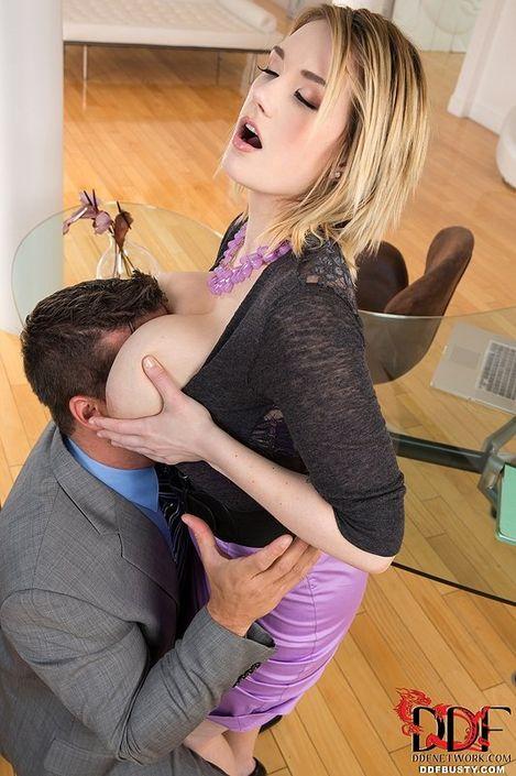 Милая титькастая блондинка берет в рот мошонку и сношается раком