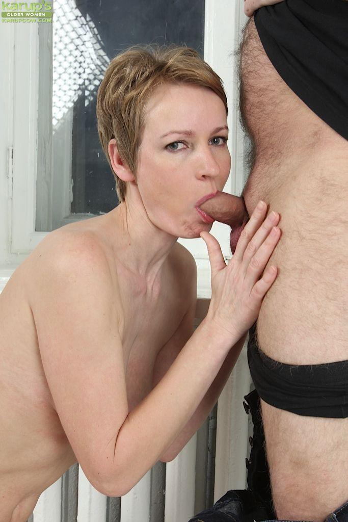 30 летняя представительница слабого пола сосет волосатому парню до спермы на свое лицо