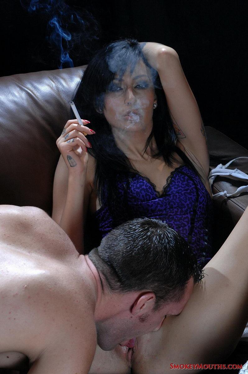 Эротические голенькие проститутки на кожаном диванчике ласкаются