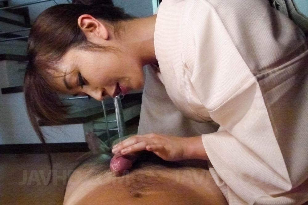 Азиатская няшка в традиционном наряде Marika Javhd берет в рот и заработала большую порцию спермы