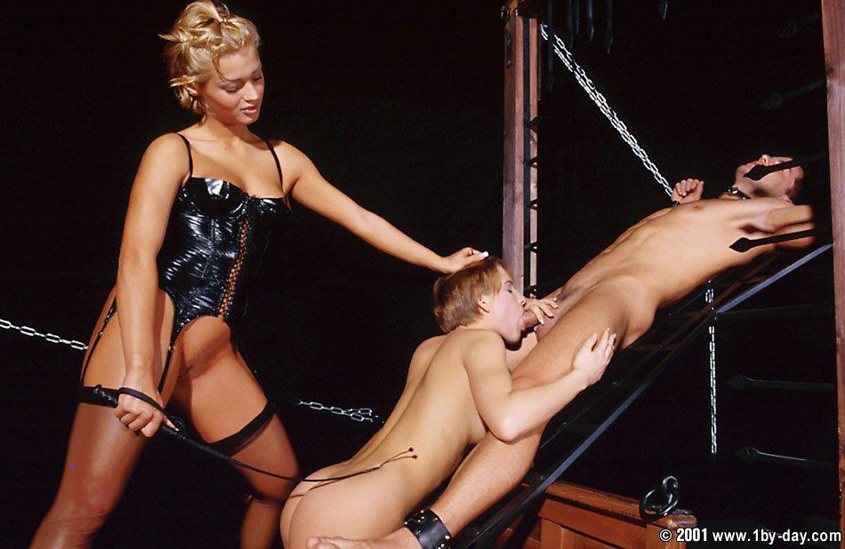 Дикая Petra Short отсасывает своего раба и ебется с другим юнцом