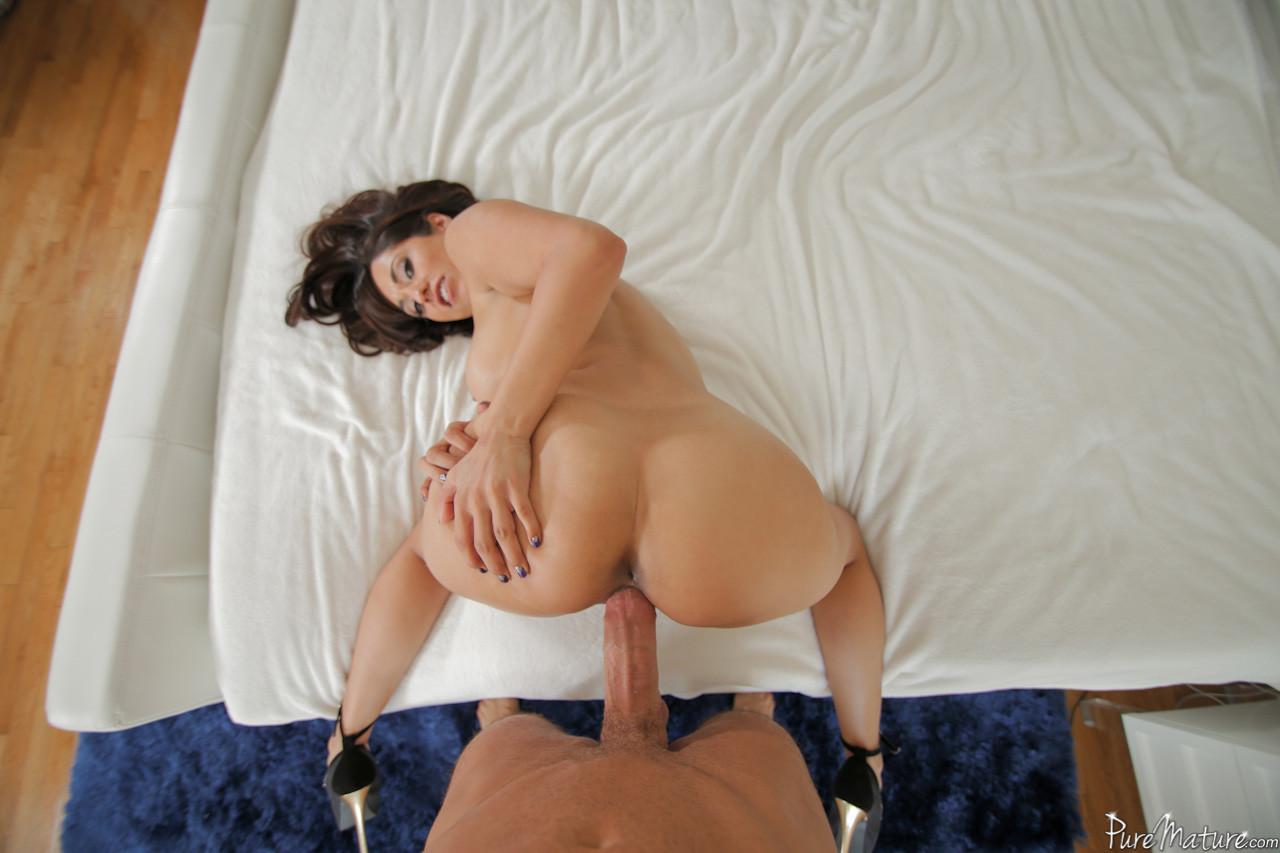 Страстная милашка с крупным бюстом подставляет свое соблазнительное тело для хорошей секса