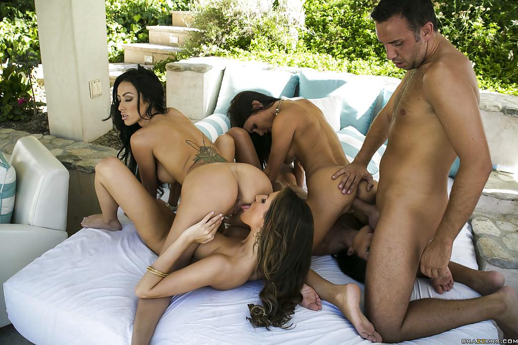 Четыре шикарные стройняшки трахаются в групповухе с одним мужчиной xxx фото