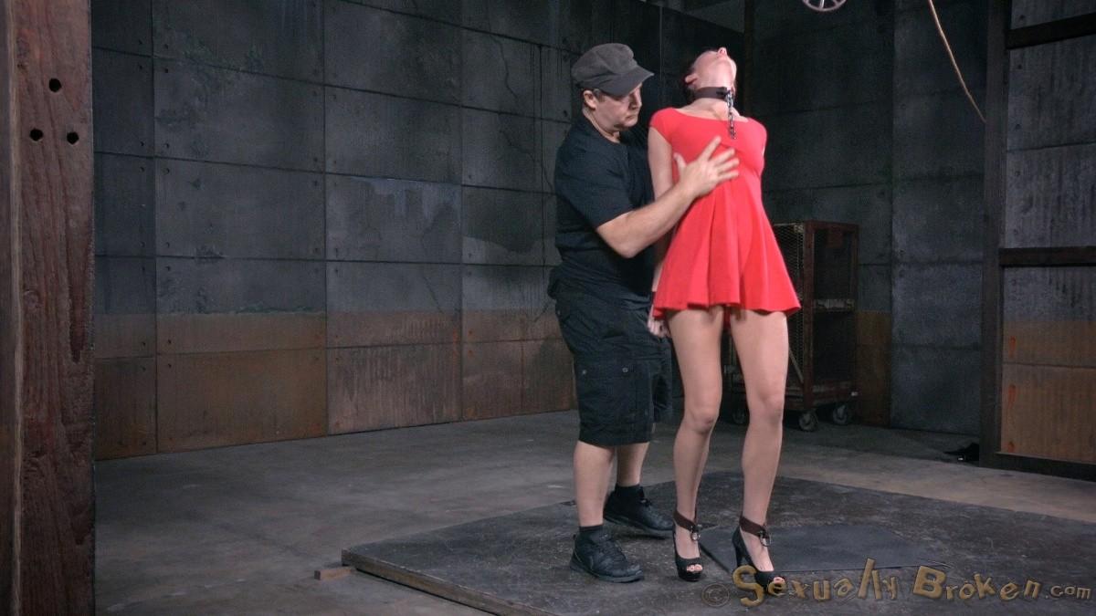 Соблазнительную девку в красном платье имеют два бухих друга в подвале
