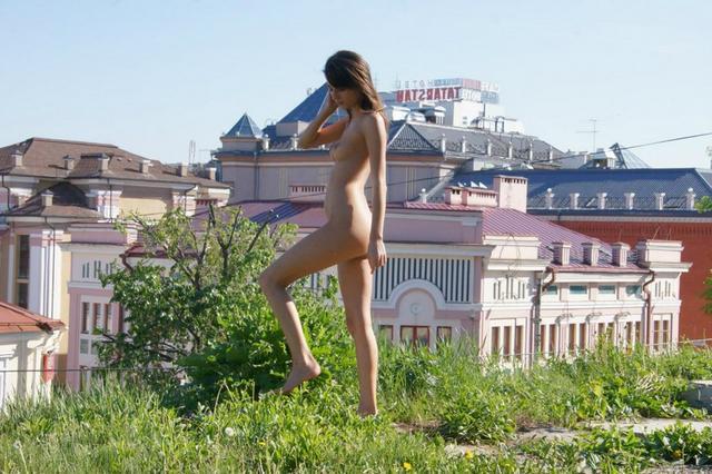 Обнаженная нудистка фоткается по прогулочной зоне в центре города