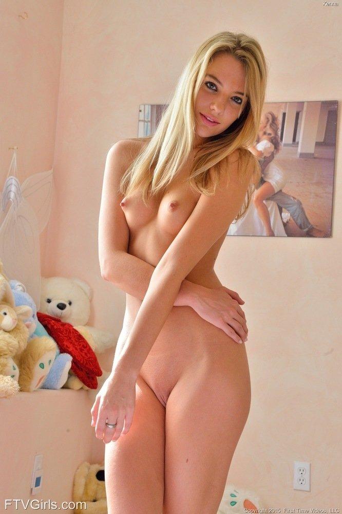 Блондиночка дергает себя за сосок и обнажает розовую щелка