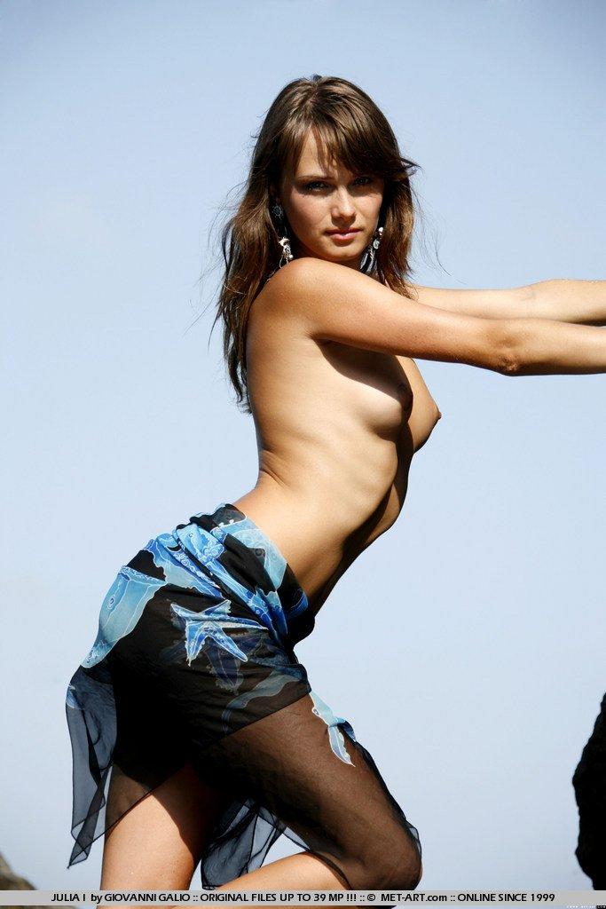 Влажная темноволосая девушка-подросток Julia I с симпатичной крохотной жопой обнажила всё на диком пляже