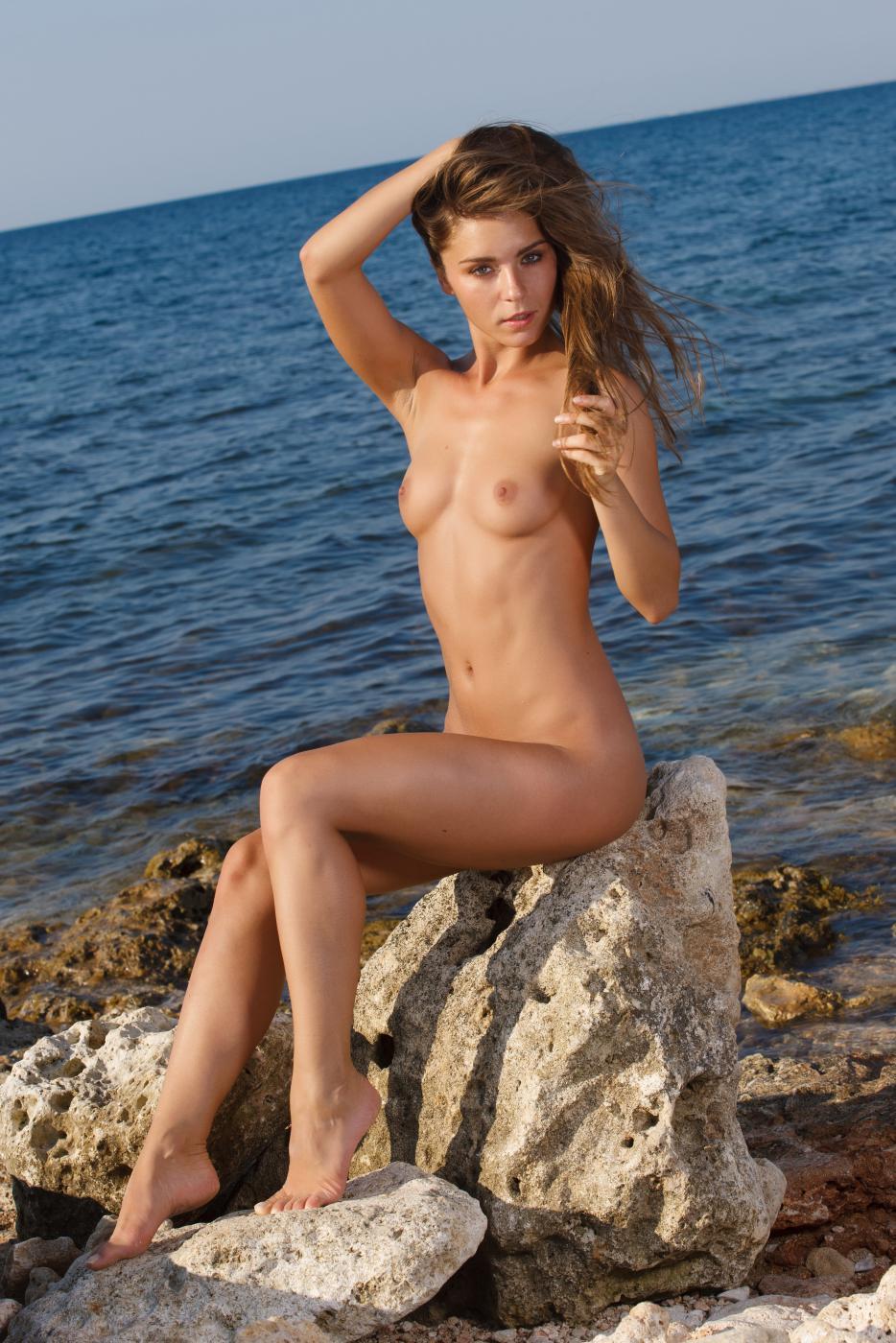 Милая детка Lily C обнажает нагую, классную сраку и бритую киску на берегу моря