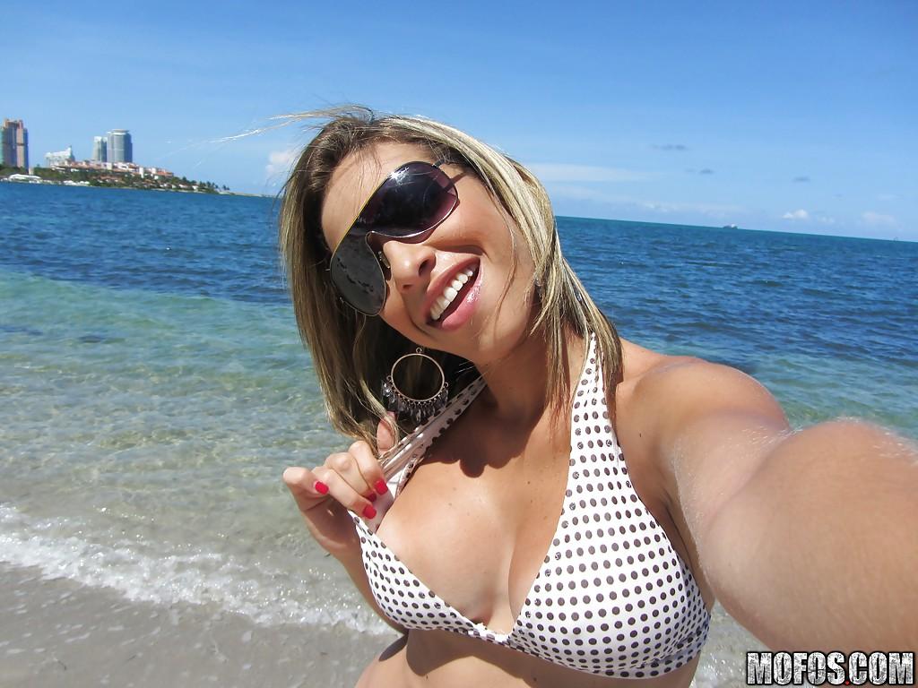 Латинская светловолосая телка в купальнике веселится на песке