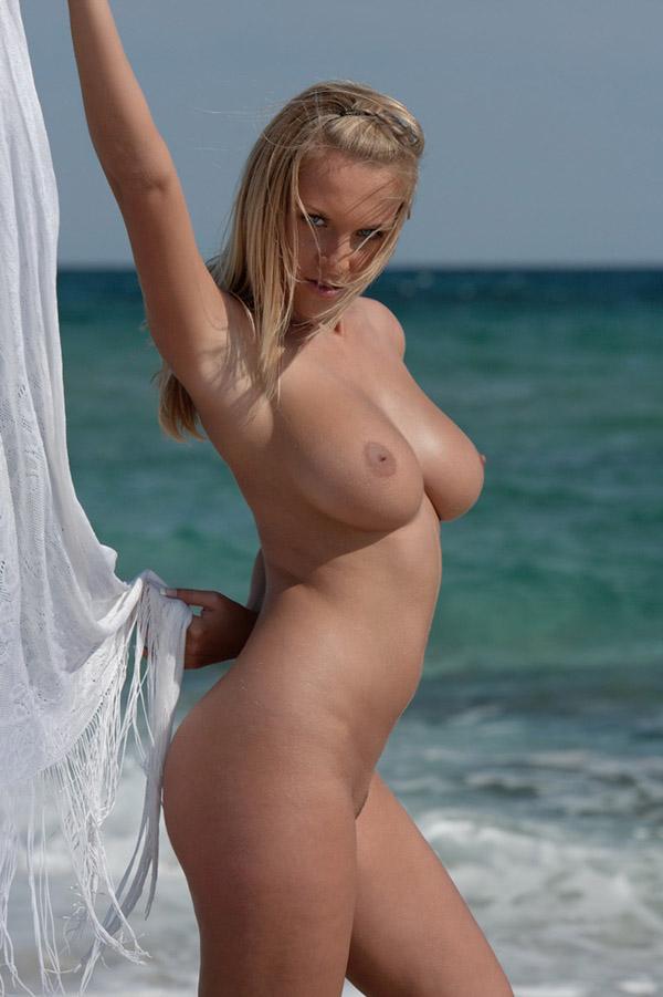 Грудастая блондиночка стащила платок с талии и посыпала сраку песком