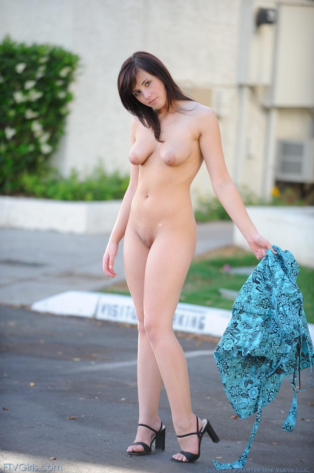 Сисястая девушка-подросток Brooke Adams раздевается и раздвигает ягодицы