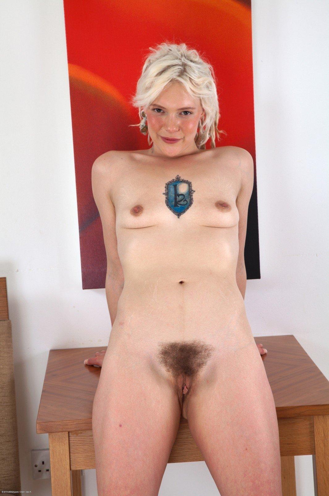 Дама из Скандинавии обнажила волосатая киска