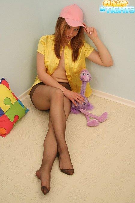 Девка в колготках и без стрингов, широко расставляет ножки