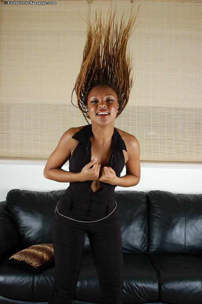 Идеальная негритянка Rochelle снимает одежду у кожаного кушетки