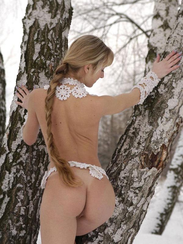 Телка в кружевах не побоялась раздеться зимой