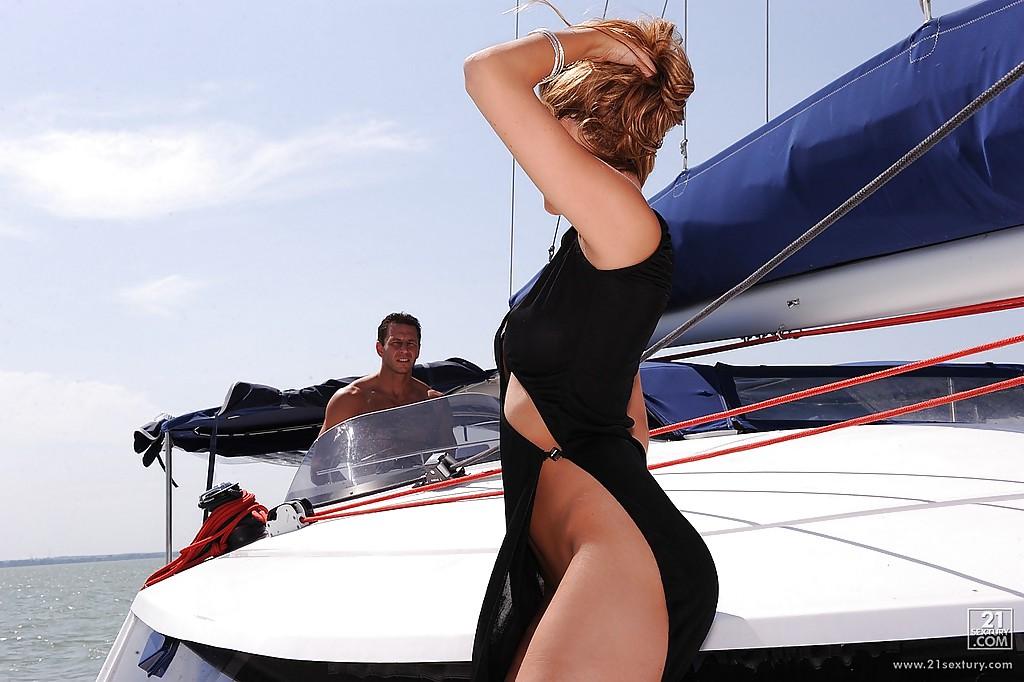 Супруги отдыхают на катере на море