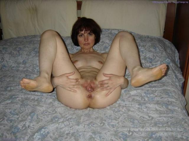 Опытную соседку по-быстрому обработал хуем в лохматую вагину
