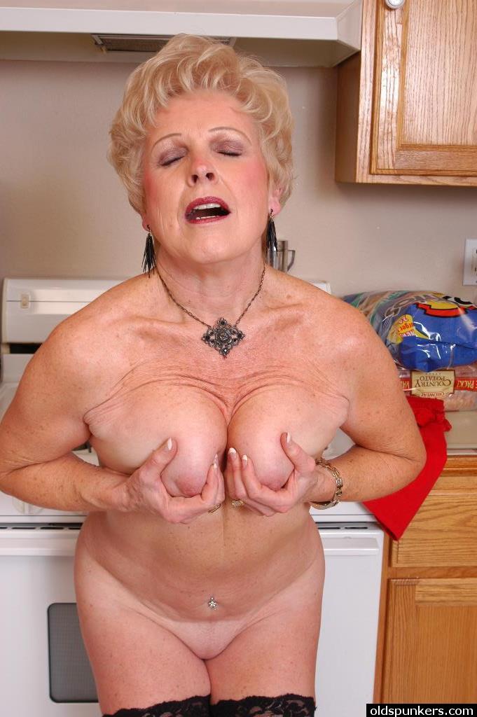Бабка блещет приятной вагиной на кухне перед сантехником