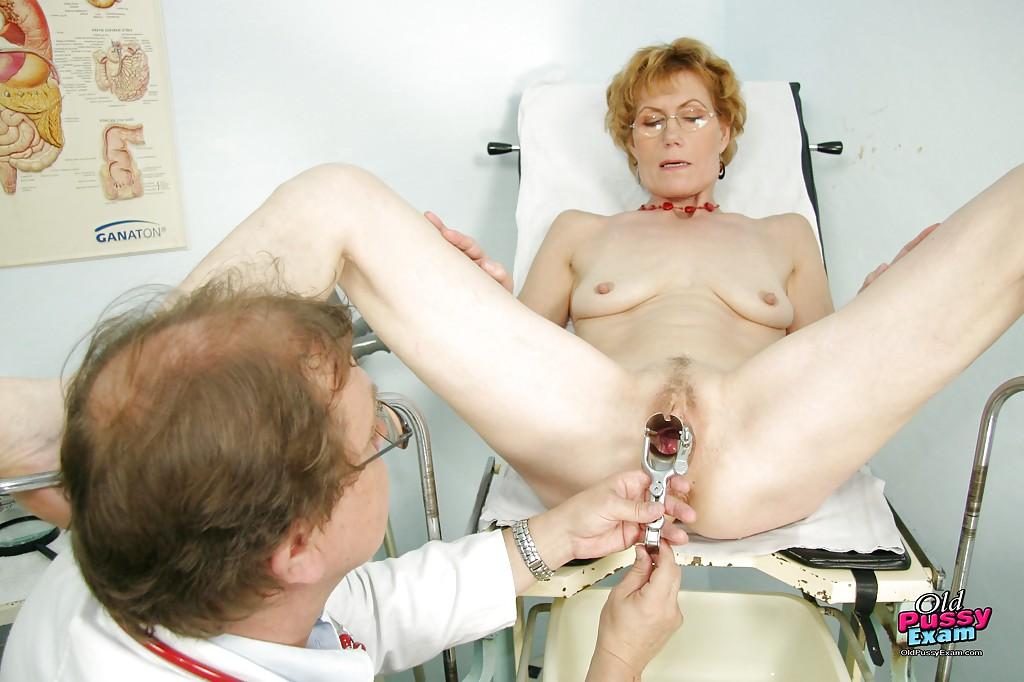 Гинеколог трахнул бабку игрушками в кабинете