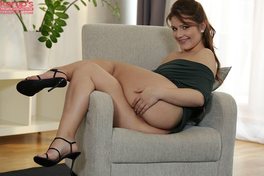 Грудастая тёлка дрочит пизду на кресле, не снимая платья и туфель