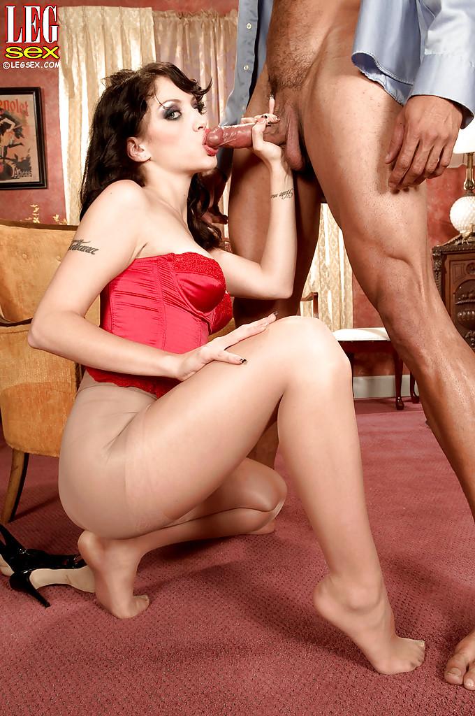 Госпожа в колготках ласкает ступнями член самца интим фото