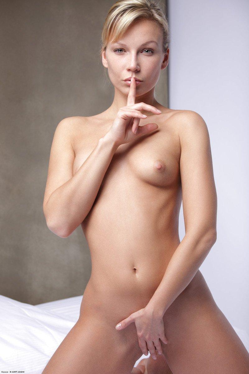 Ласковая голая европейка с маленькими грудями - Sylvie Sinner, жаждет позировать голенькой