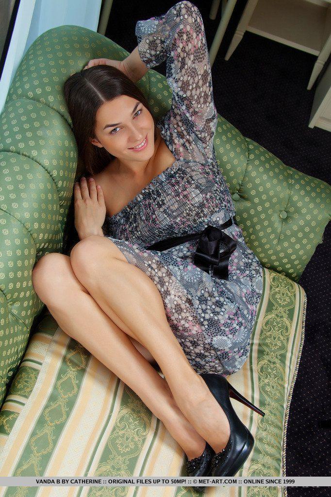 Ухоженная стройняшка Vanda B снимает платье и позирует в  туфлях на высоком каблуке