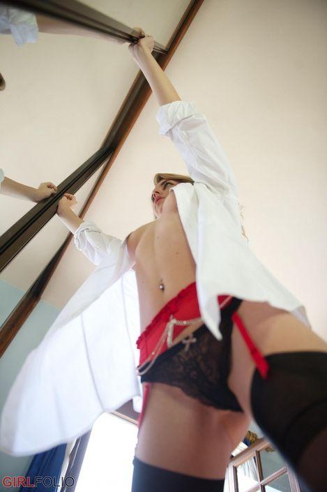 Красивая порно кобыла Chloe Toy показывает свою узкую пилотку фото онлайн