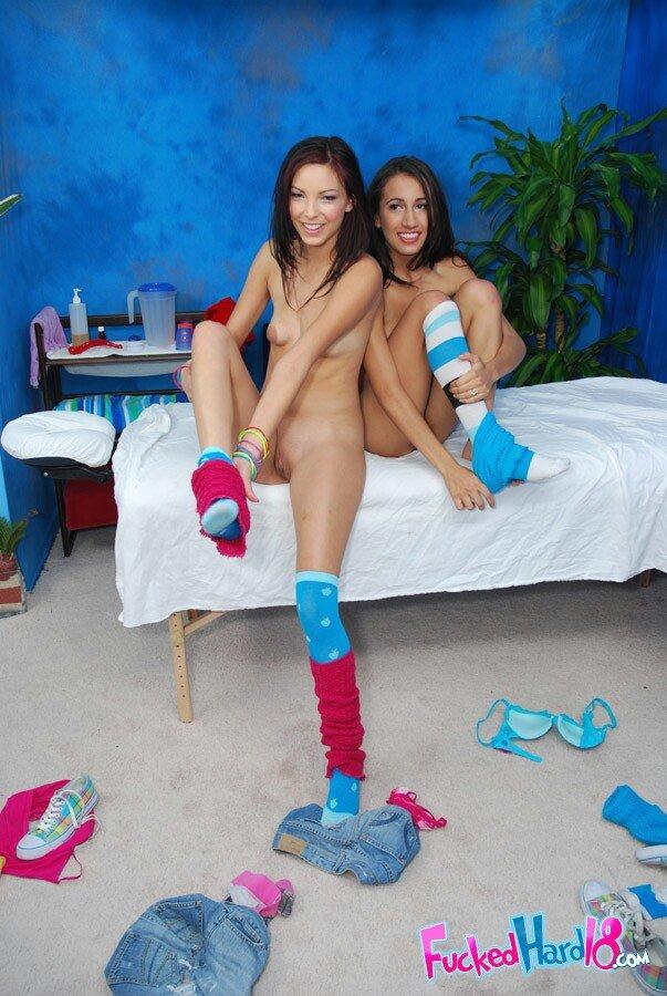 18-летние любовницы Amia Moretti и Danni трахаются в свои узкие пёзды с милым массажистом