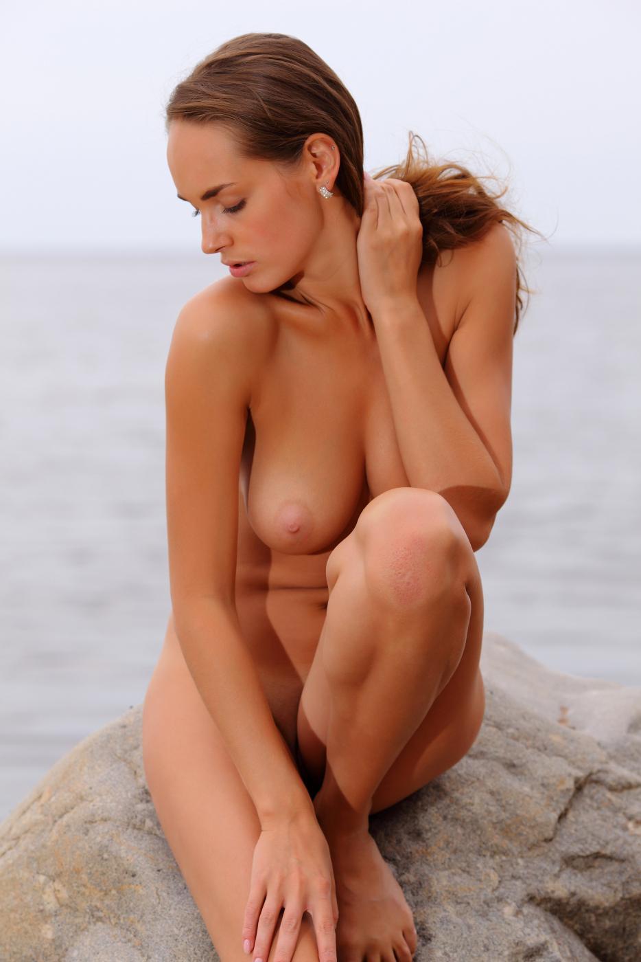 Титястая Milana F обнажает свою страсть у океана
