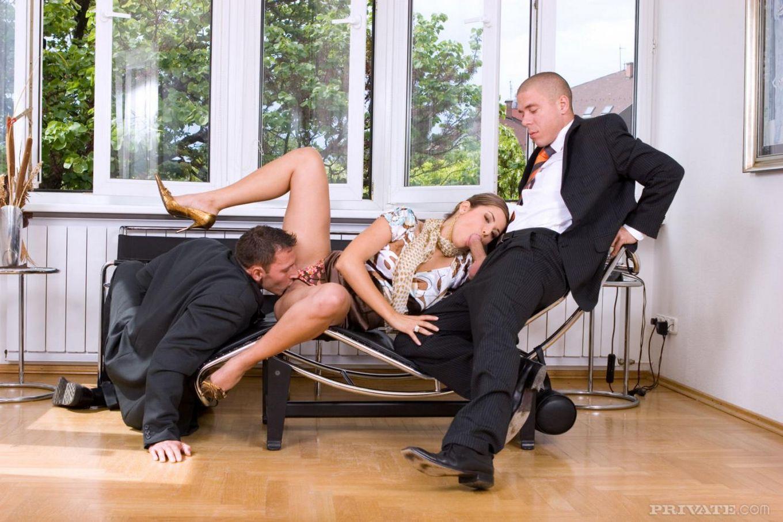 Элегантная фрау Regina Ice снимает лифчик полностью и ебется с двумя джентельменами
