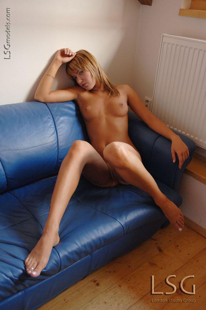 Красотка-модель-европейка с привлекательной кожей Veronika Fasterova фоткается абсолютно голой