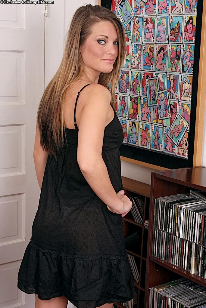 Грудастая Megan Fenox снимает черное платье и светлые тонги