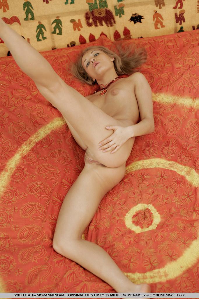 Блондинистая девица Sybille A теряет свое белье и оголяет свою киску на камеру
