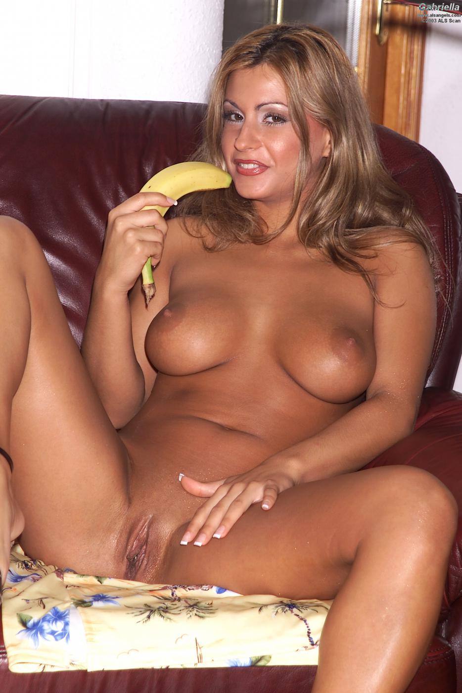 Божественная развратная штучка с массивными кувшинами Dorothy Black берет банан и засовывает его в свои буфера